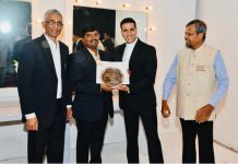 dm receiving prize from akshay kumar